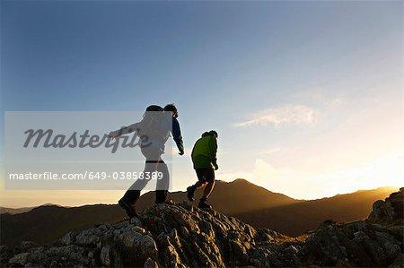 Männer Wandern auf felsigen Berghang