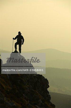 Mann auf felsigen Hügel wandern