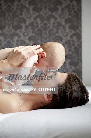 Frau cradling nackt Kind