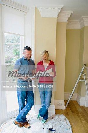 Examiner les plans de la nouvelle maison de couple