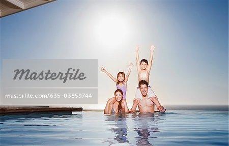 Familie spielen im Infinity-pool
