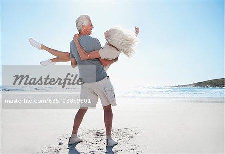 Homme femme de filer sur la plage