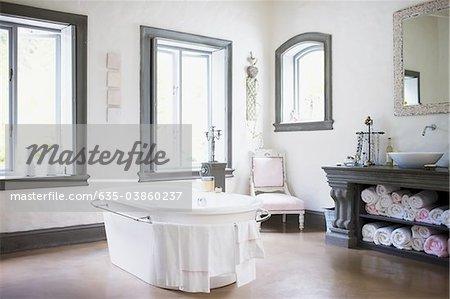 Badewanne in der Mitte des Badezimmers