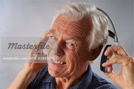 Homme à l'écoute de musique