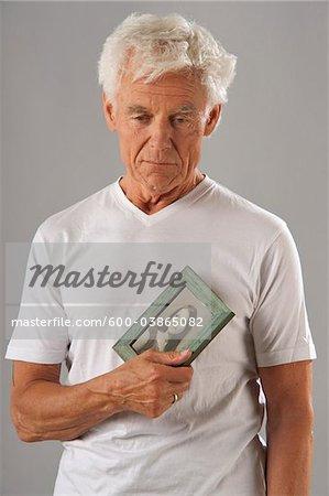 Homme tenant photographie