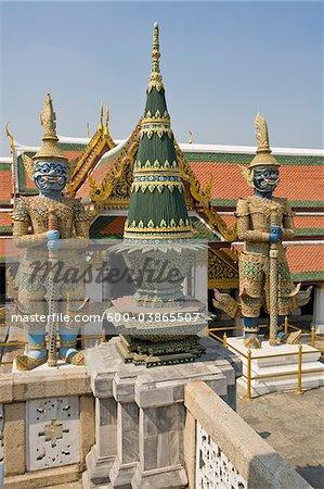 Offrande de temple et Guardian démons, Wat Phra Kaew, Grand Palais, Bangkok, Thaïlande