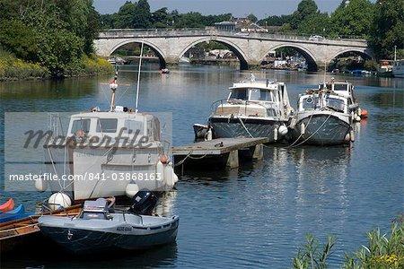 Die Brücke über die Themse mit Wassersportfahrzeugen im Vordergrund, Richmond, Surrey, England, Vereinigtes Königreich, Europa