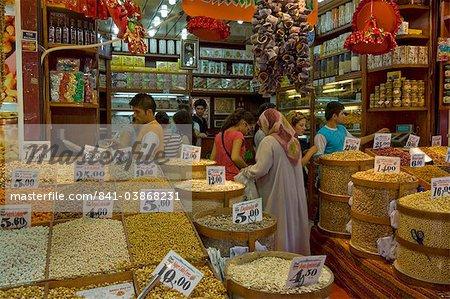 Personnes qui achètent des légumes secs, des noix et des épices à un étal dans le bazar Egyptien (marché aux épices) (Misir Carsisi), Eminonu, Istanbul, Turquie, Europe