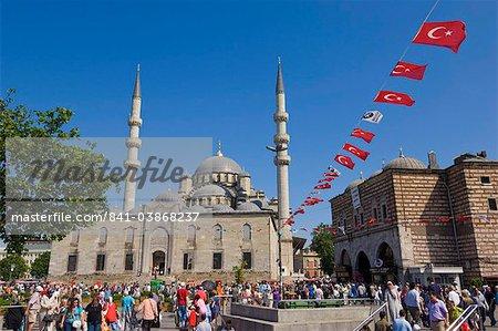 Foules de gens après le travail, en face de Yeni Cami (nouvelle mosquée), Eminonu, Istanbul, Turquie Europe