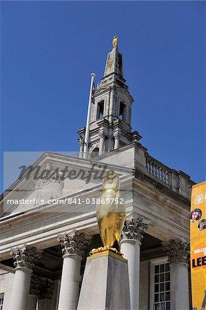 Le symbole doré chouette de Leeds à l'extérieur de la Civic Hall, Millennium Square, Leeds, West Yorkshire, Angleterre, Royaume-Uni, Europe