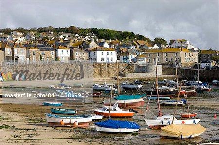 Vues sur le village de Mousehole et un port à marée basse, Mousehole, Cornwall, Angleterre, Royaume-Uni, Europe