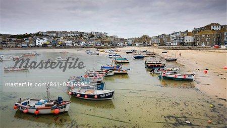 Bateaux de pêche amarré près de la plage de St. Ives harbour, Cornwall, Angleterre, Royaume-Uni, Europe