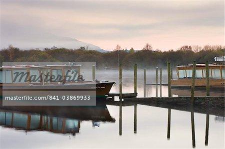 Lakeland Mist Boot vertäut am Derwent Water auf einem nebligen Herbstmorgen, Keswick, Lake District-Nationalpark, Cumbria, England, Vereinigtes Königreich, Europa