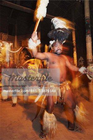 Danseurs exécutant la danse traditionnelle zouloue, Shakaland, Eshowe, Zululand, KwaZulu-Natal, Afrique du Sud, Afrique