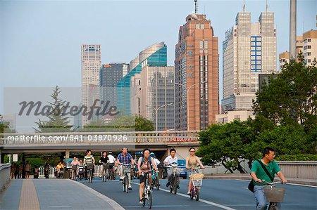 Bicyclettes et motos dans le centre-ville de Beijing, Chine, Asie