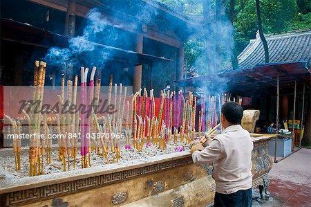 Brûler des bâtons d'encens tibétain dans un monastère au-dessus de l'Asie Bouddha de Leshan, Sichuan, Chine, géant