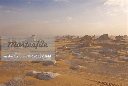 Érosion éolienne des sculptures de rocher riche de calcium dans le désert blanc près Baharia, Egypte, Afrique du Nord, Afrique