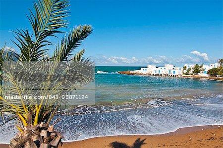 Palmen und Strand Beach Resort an der Mittelmeerküste in der Nähe von Tifesh, Algerien, Nordafrika