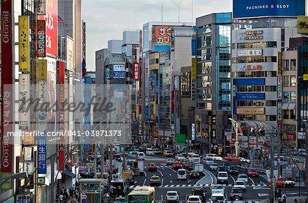 Circulation, les signes et les immeubles de grande hauteur créent le canyon urbain de Chuo-dori Street dans le Ueno quartier de Tokyo, Japon, Asie