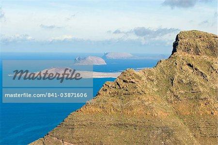 Sommet des falaises volcaniques 600 m de la plage de Risco de Famara dans le Nord-Ouest, avec les îles de Graciosa, Montana de Clara et Alegranza au-delà de Famara, Lanzarote, îles Canaries, Espagne, océan Atlantique, l'Europe