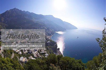 Ville au soleil tôt le matin, à Positano Amalfi coast road, patrimoine mondial UNESCO, baie de Naples, Campanie, Italie, Europe