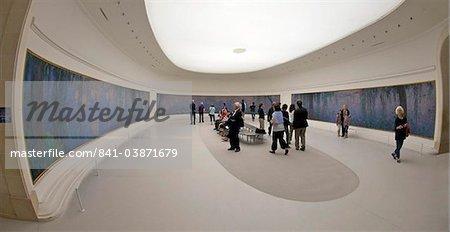 Visiteurs et touristes admirent les nénuphars de Claude Monet, musée Musée de l'Orangerie, Paris, France, Europe