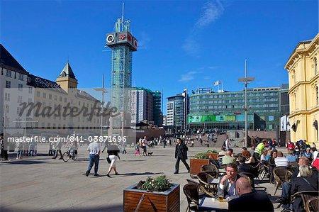 Touristes et visiteurs à boire à l'extérieur dans des cafés et des bars dans le soleil d'été, Christian Frederiks Plass, city centre, Oslo (Norvège), Scandinavie, Europe