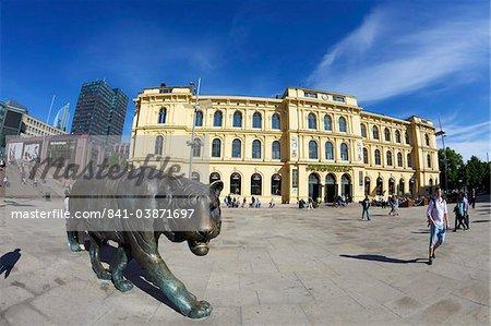 Centre de bronze tiger dans le soleil d'été, Christian Frederiks Plass, ville de Oslo, Norvège, Scandinavie, Europe