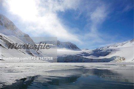 Holmiabukta-Gletscher im arktischen Sommersonne, Nord-Spitzbergen, Svalbard, Norwegen, Skandinavien, Europa