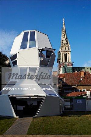 Structure moderne près de la cathédrale de Zagreb, Zagreb, Croatie