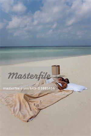 Paar Im Bett Am Strand Schlafen Stockbilder Masterfile Premium