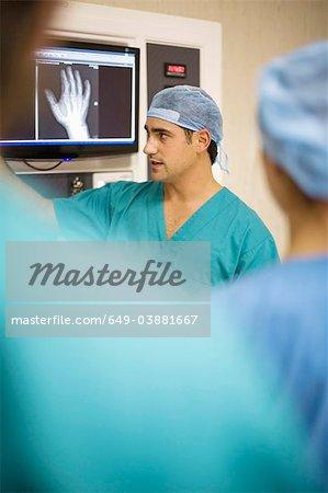 Médecins examinant la radiographie de la main