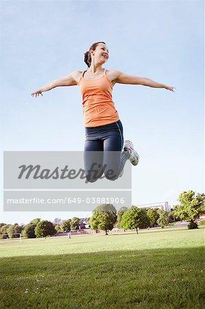 Frau springen im park