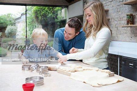 Familie backen zusammen in der Küche