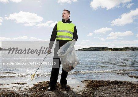 Travailleur en gilet de sécurité, nettoyage de plage