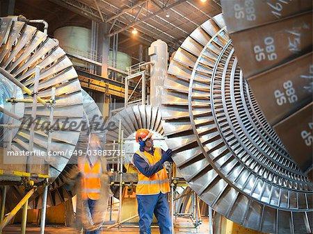 Travailleurs avec les turbines de la centrale électrique