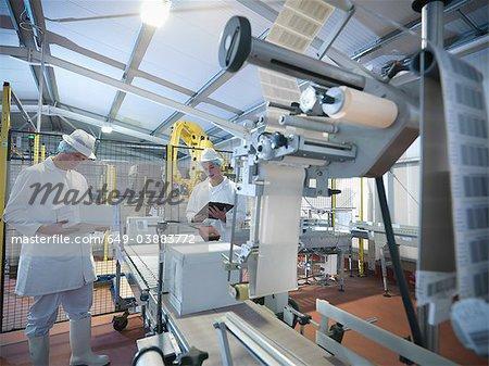 Boîtes d'emballage travailleur dans l'industrie laitière