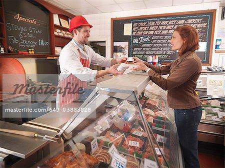 Boucher, remettre la viande au client