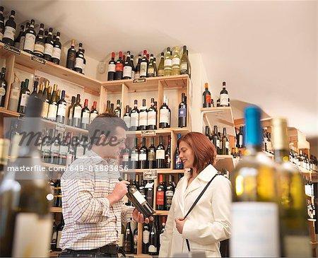 Marchand de vin avec le client dans la boutique