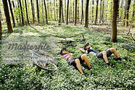 Cyclistes de montagne détente en forêt