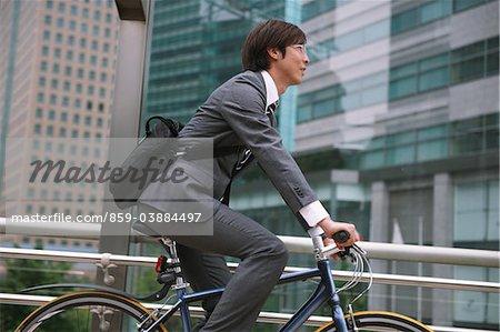 Homme d'affaires vélo