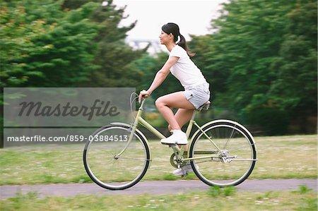 Femme vélo dans le parc