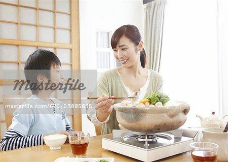 Mutter und Sohn sitzen japanische Hot pot