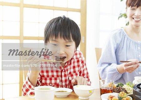 Mère et fils manger barbecue japonais