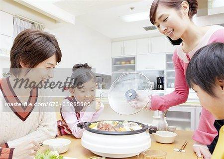 Eltern und Kinder sitzen yosenabe