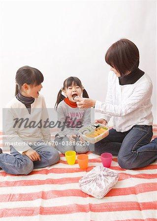 Mère et filles au pique-nique