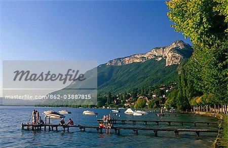 France, Rhone Alpes, Haute-Savoie, Annecy. Lac d'Annecy, Frances deuxième plus grande et qui aurait été son plus propre, lac. Il est dominé sur sa rive de Pâques par les hautes falaises escarpées du Mont Veyrier.