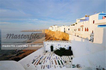 De location maisons blanches et cimetière surplombant l'océan Atlantique. Maroc