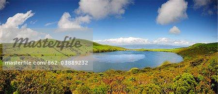 Die Lagoa Caiado Krater (Caiado Lagune), einer der Hunderttausende von Kratern entlang der Insel Pico zu verbreiten. Am Horizont sehen wir Sao Jorge Insel. Azoren, Portugal