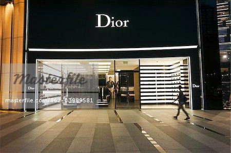 Singapour, Singapour, Orchard Road. Acheteurs à l'extérieur de la boutique Dior au centre commercial ION Orchard.